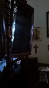 Il fantasma di Mussolini ci guarda torvo nello specchio.