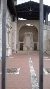 L'altare maggiore della chiesa di Santa Croce, distrutta dal terremoto del 1915