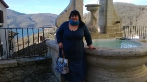 La fontana del tritone a Castel di Tora. Sullo sfondo il lago Turano