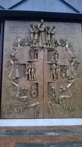 Il portone dell'emigrante nel santuario nuovo di San Gabriele