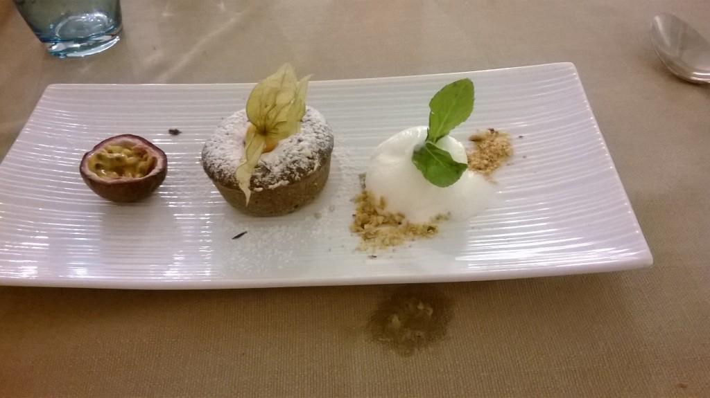 Tortino di cioccolata calda con gelato alla vaniglia e frutto della passione