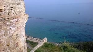 Un castello a precipizio sul mare