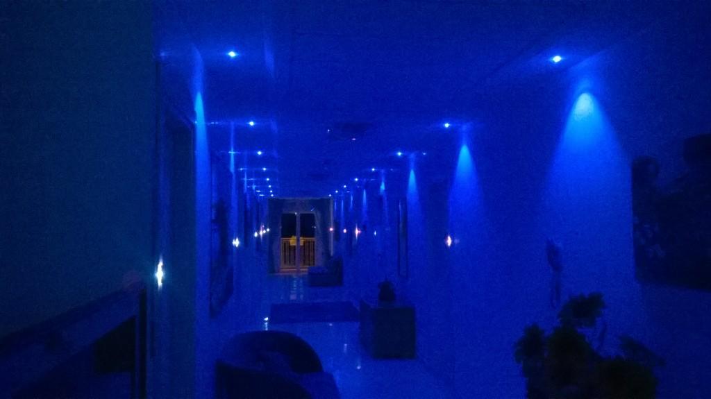 Il corridoio del piano illuminato di sera