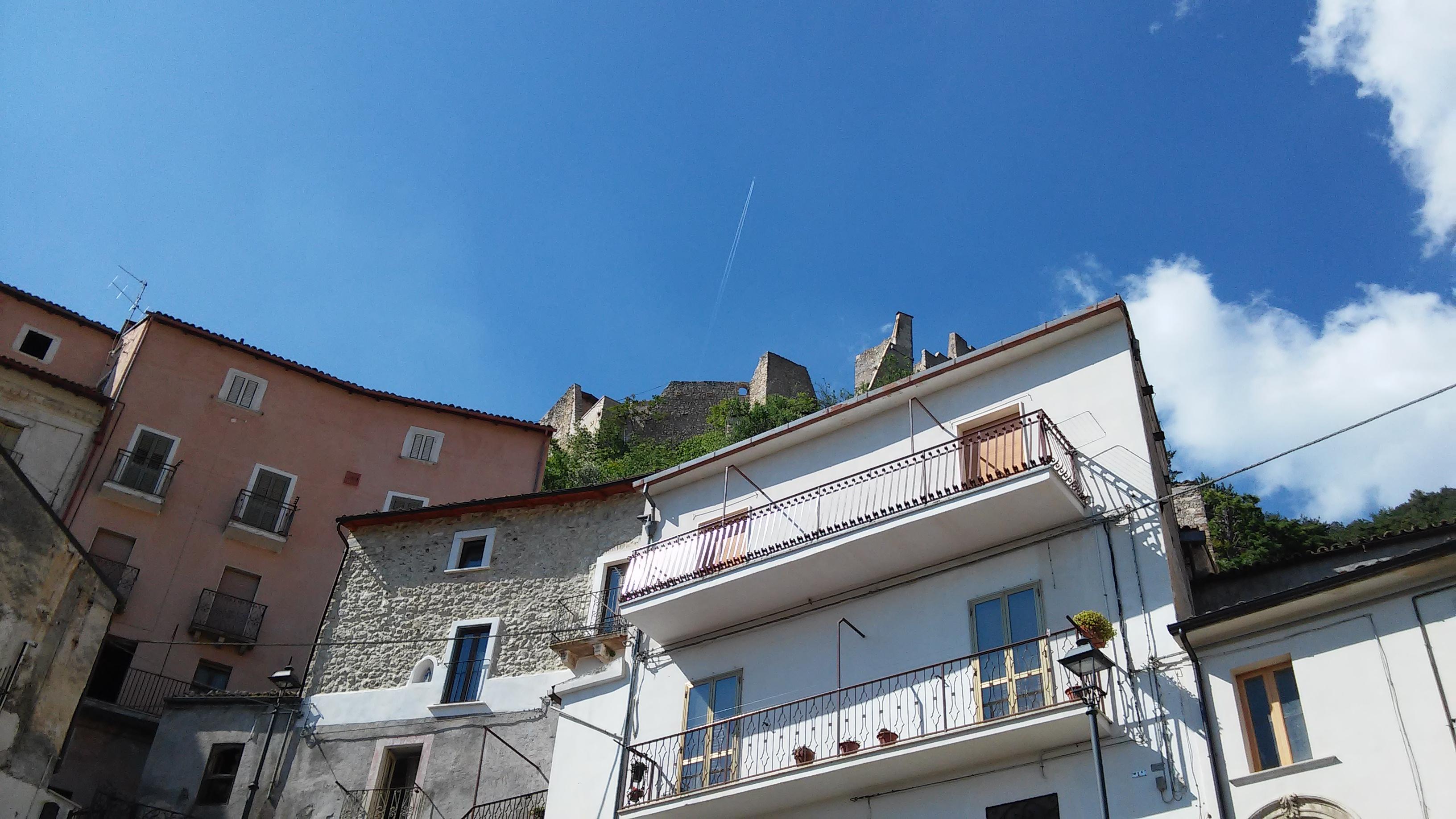 Guardando il castello dal paese di Roccacasale