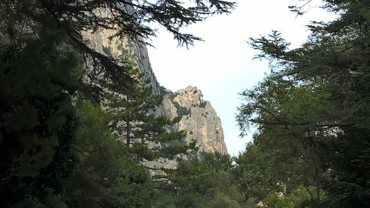 Il volto di Mussolini scolpito nella roccia presso la Gola del Furlo