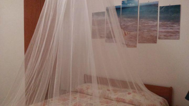 Il comodo letto matrimoniale di Casa Marina a Scario