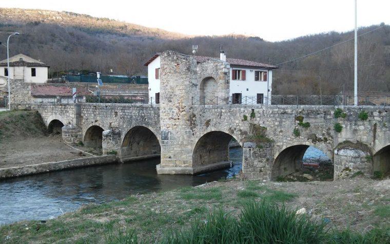 Il ponte romano e il borgo di Campana (AQ)